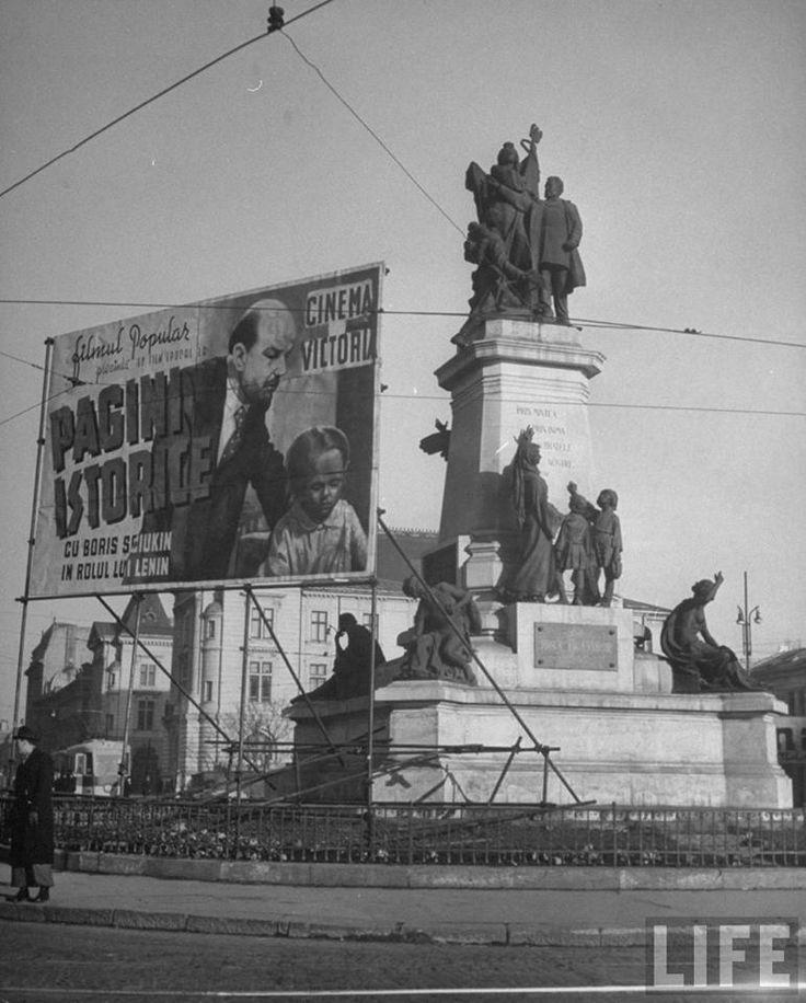 Afiș uriaș la un film sovietic, în Piața Universității din București, în aprilie 1946. Se observă, în spate, clădirea Ministerului Agriculturii. Foto: John Phillips, LIFE