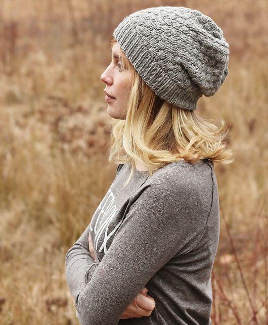 Стильная вязаная шапка от Алисии Плюммер выполняется спицами круговыми рядами.