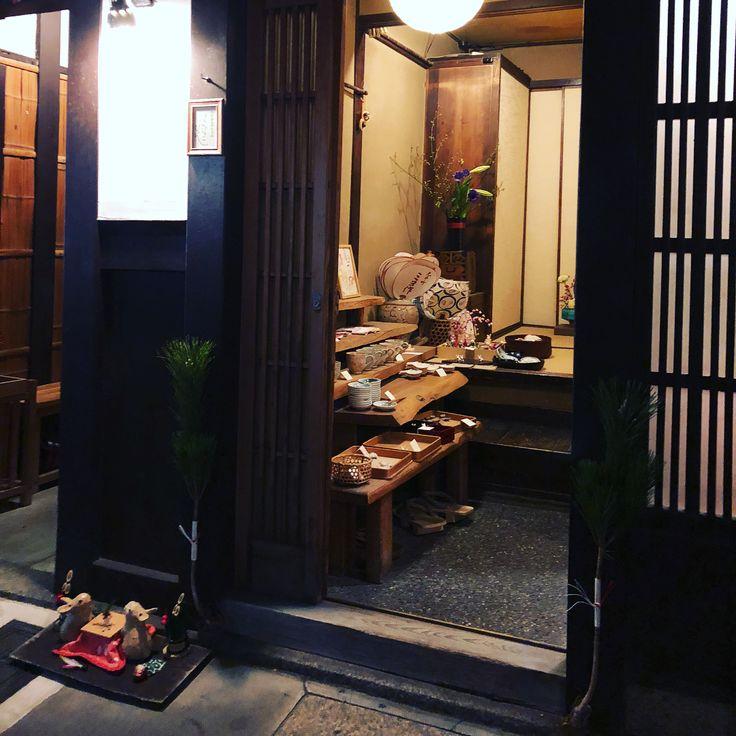 | 兔 | 前兩次去京都 都只是經過鴨川 今次夜遊先斗町 一路上看著餐廳的小燈籠 垂下頭發現一對兔子在這家店的門口 探頭看進店裡 全都是以兔子做主角的陶瓷器 進到店裡沒看到有店家在 蝸從小就很喜歡兔子 有兔子的東西都想收藏 正當怨念買不到一件東西的時候 店家岀來了 很感動可以入手一件讓自己記住這奇特時刻的紀念品  蝸 | 18.01 #katasumeew #catandsnail #share #lifestyle #life #drawing #henna #illustration #travel #journey #photo #handmade #girlstalk #hkgirl #bff #love #friendship #japan #kamogawa #kyoto