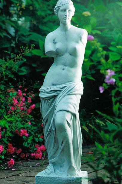 Copia della Venere di Milo in un giardino