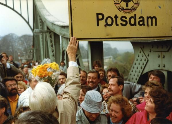 #Onthisday in 1989, the Glienicker Brücke between #Berlin and #Potsdam was opened for passage
