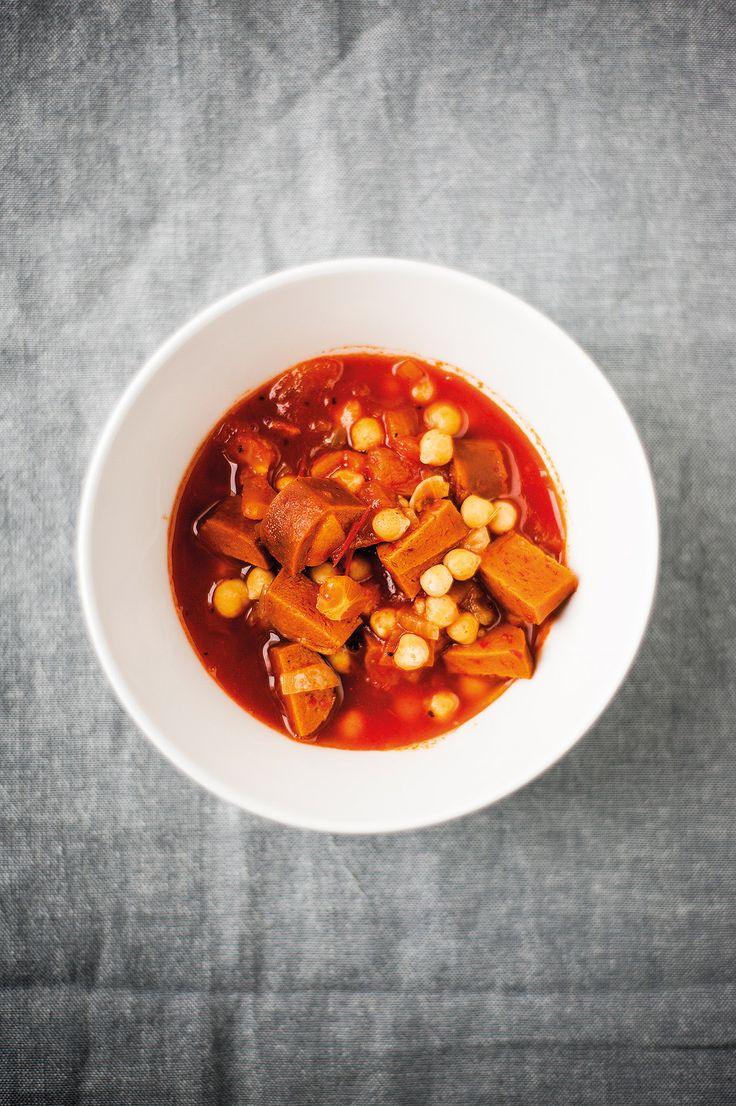 Mausteiset makkarat kuuluvat italialaiseen keittiöön. Vegaanisista vaihtoehdoista paras on espanjalaista chorizo-makkaraa jäljittelevä, mukavan mausteinen versio. Tämä soppa on mainiota lämmikettä kylmiin päiviin.