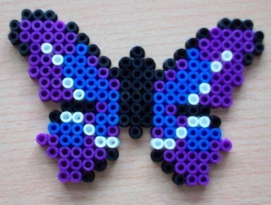 Mariposa de colores: Morada-Azul Claro-Blanca-Negra, realizada con Hama Beads Midi