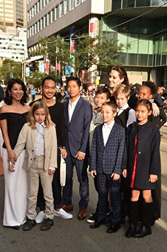 Angelina Jolie, Maddox Jolie-Pitt, Shiloh Jolie-Pitt, Zahara Jolie-Pitt, Vivienne Jolie-Pitt, Pax Jolie-Pitt, Loung Ung, Knox Jolie-Pitt, Sareum Srey Moch, and Mun Kimhak at an event for First They Killed My Father: A Daughter of Cambodia Remembers (2017)