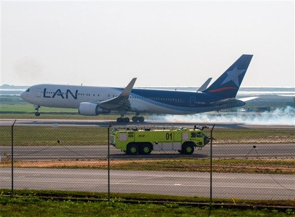 Avião da companhia aérea peruana LAN aterra de emergência em Faro - Portugal - DN