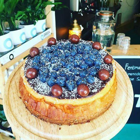 Ook deze heerlijk smeuige blauwebessen chocolade kokos cheesecake viel in de smaak vandaag. Hele mond vol maak wat een smaakcombinatie. Ook proeven? Snel naar Tien Tilburg  #taarten #zoet #chocolade #romig #cheesecake #zoetemoed #tientilburg #blauwebessen #kokos #gezelligheid #friends #homemade #cheatmoment #crunchy #thee #koffietijd