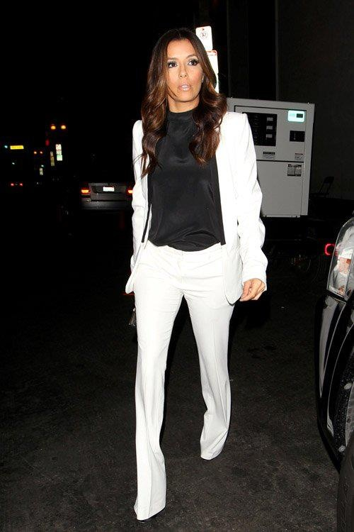 It was all menswear-inspired and '70s chic for Eva Longoria while heading to dinner at her restaurant Beso with her mom. For the occasion, she paired white wide-leg trousers with a Pierre Balmain Open Front Blazer #PierreBalmain #EvaLongoria #HitGallery #GBModa