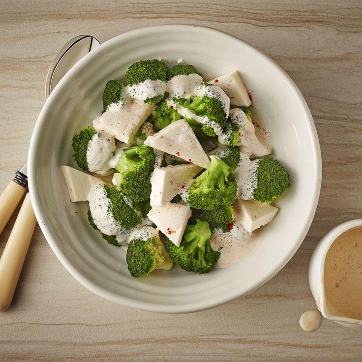 Wyjątkowo prosta i bardzo dekoracyjna sałatka z blanszowanych różyczek brokuła z serem feta i kremowym sosem majonezowo-jogurtowym.