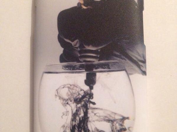 Imagen de tatuaje en copa de agua sobre una carcasa