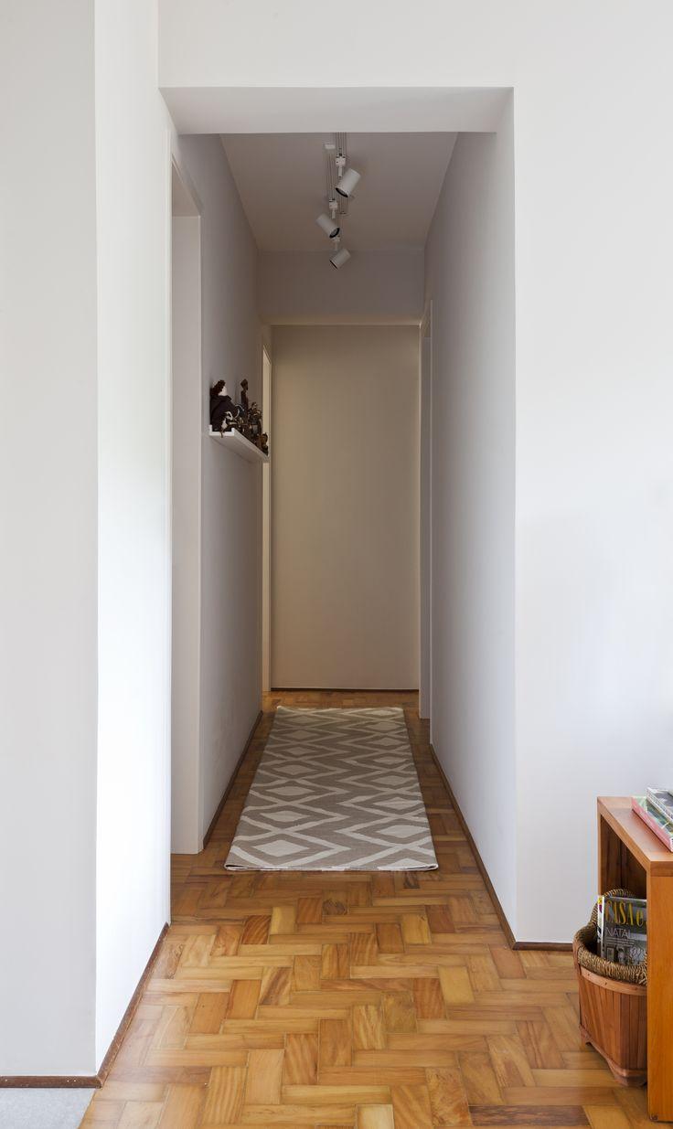 Corredor expositor - canaletas para expor quadros e objetos, iluminação com trilho e spots da Reka, tapete passadeira ByKamy e o piso de taco de madeira garimpado das caçambas e internet e depois restaurados.