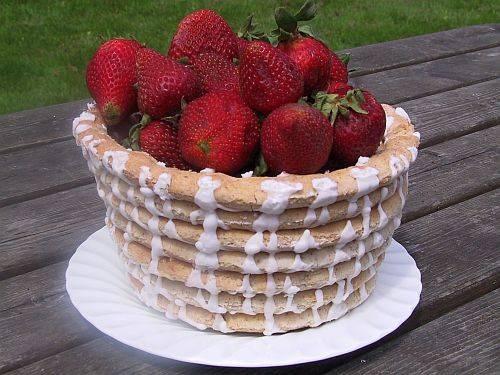 Kransekakekurv med jordbær! Serveres med is til nyttårsdesserten