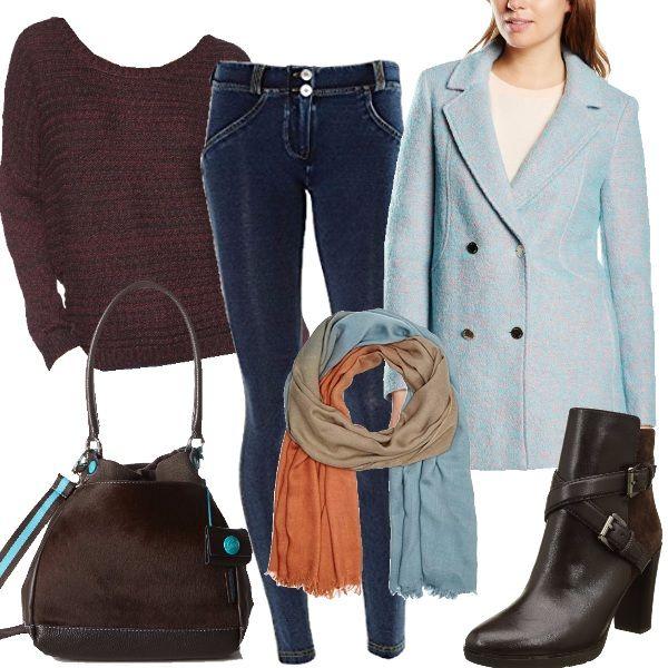 Questo outfit è costruito intorno a questa sciarpa colorata abbinata ad un cappotto celeste, maglione marrone, jeans, borsa in pelle e stivaletti marroni.