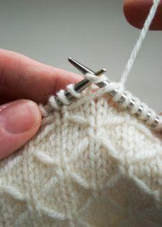 Esta puntada en agujas tan linda viene con sus instrucciones.