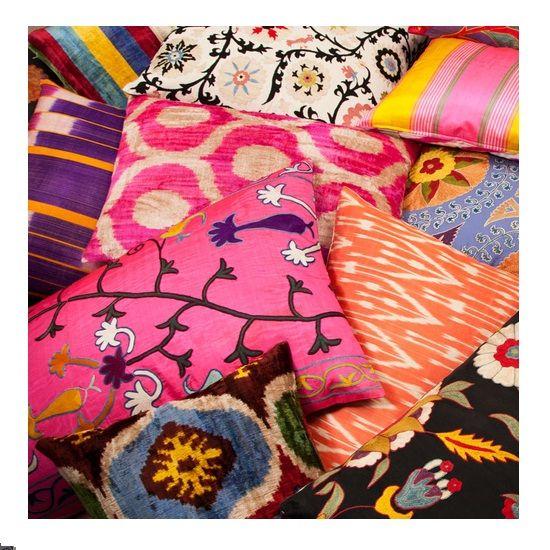 Após 30 anos atuando com moda, Rifat Ozbek voltou seu interesse para o design de interiores e criou a Yastik, uma loja especializada em almofadas.