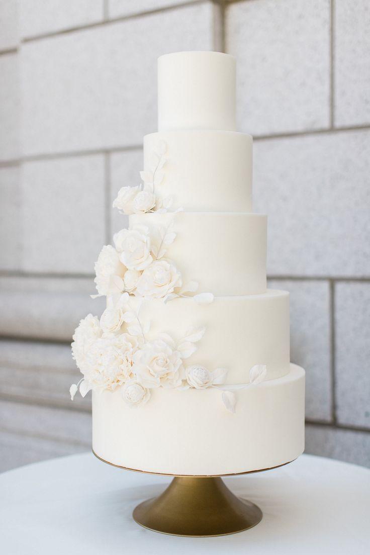 Weiße Zuckerblume Hochzeitstorte | Klassische Hochzeitstorte | Zeitlose Hochzeitstorte | …   – Wedding Cakes