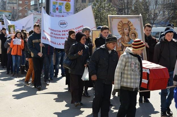 """Aproximativ o mie de credincioși și peste 40 de preoți au participat astăzi la un marș al tăcerii împotriva avorturilor. Manifestația a fost organizată cu girul noului arhiepiscop al Buzăului și Vrancei, ÎPS Ciprian, de către preotul Mihail Milea.    Marșul a pornit din fața Catedralei """"Sfântul Sava"""", la orele prânzului. Credincioșii au străbătut traseul până la Maternitatea din Buzău purtând în mâini un sicriu, ca simbol al morții de care au parte pruncii nedoriți de mame."""