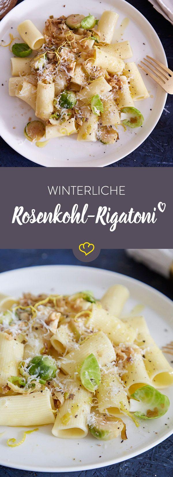 Gönn dir einen gemütlichen Abend mit wärmender Decke auf der Couch und dazu einen großen Teller leckerer Rigatoni mit Rosenkohl.