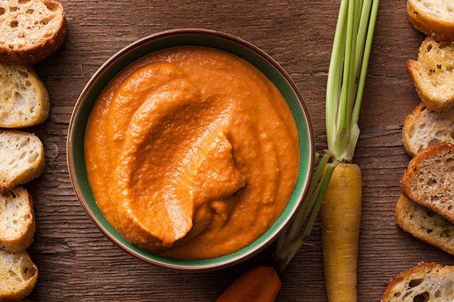 Una simple y rica receta para acompañamientos, para armar otras recetas, saludable y muy rica en vitaminas es este rico hummus de zanahorias, el cual se prepara de manera muy fácil para tus platos vegetarianos y veganos. Ingredientes 2 Zanahorias 1/4 de taza de agua 1 lata o 1 taza de Garbanzos Cocidos (o crudos, pero deben tener mínimo 12 horas de remojo) 3 Dientes de Ajo 2 cucharadas de Jugo de Limón 1/2 cucharada de Sal 1/4 cucharada de Cilantro 1/4 cucharada de Jengibre fresco 1/4…