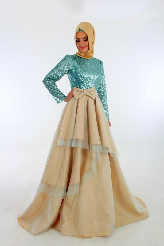 Lovely colours. Would be better if the hijab is longer and the top is looser. ^_^