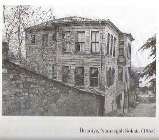 Namazgah sokak 1964 Paşakapısı ilkokulu alt kapısının karşı sokağı.
