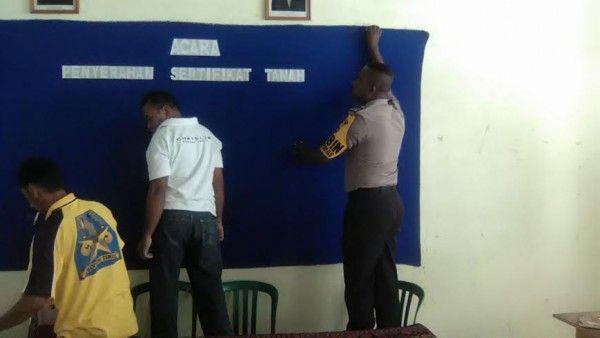Binmas Polres Sikka Bersama Warga Perbaiki Penataan Ruang Aula Kantor Desa Du