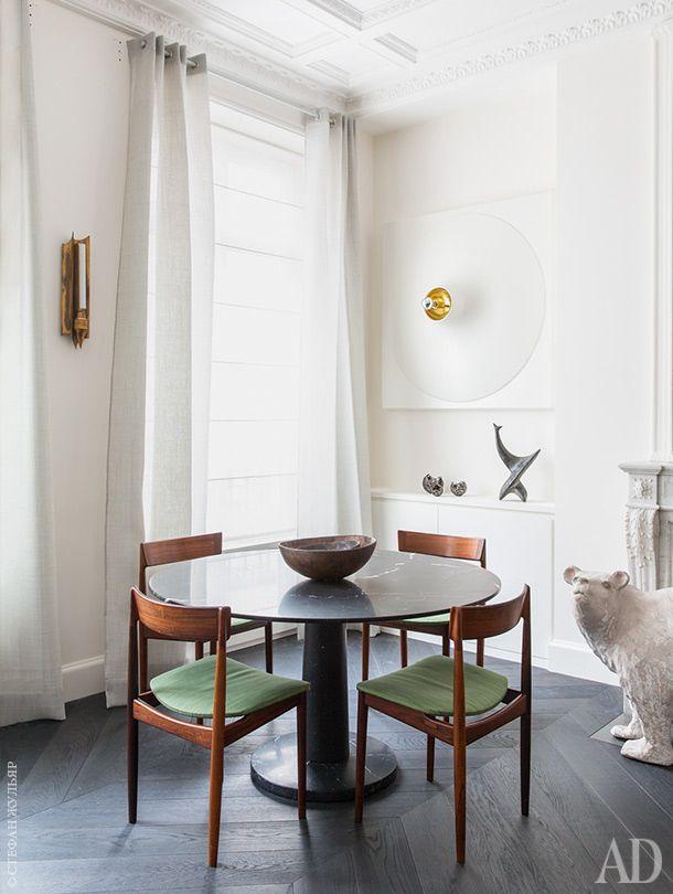 Столовая зона. Стол Pondicherry, дизайнер Джаспер Моррисон, Marsotto. Скандинавские стулья 1950-х годов. На столе ваза работы Сидзуэ Имай.