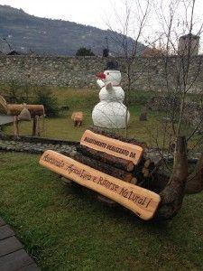 Il pupazzo di neve dà il suo benvenuto ai visitatori! Mercatino di Natale, Aosta.
