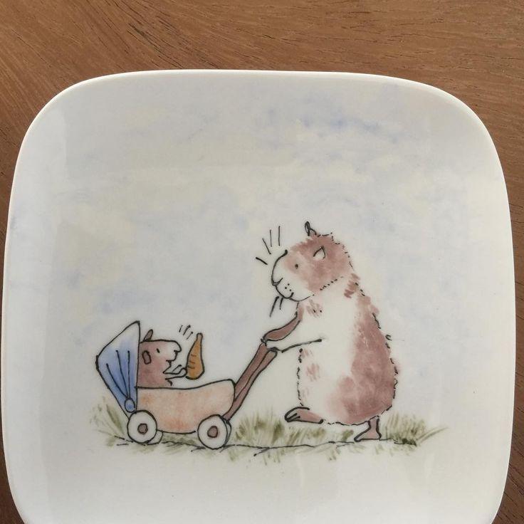Ze zijn zo leuk deze tekeningetjes. 😍 ( A.Jeram)  #lief#servies#handbeschilderd#cadeau#porselein#bordje#handmade#sweet#picture#lovely#plate#present#opjebordje.nl