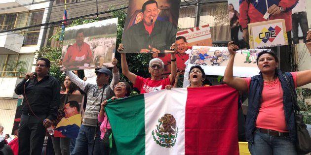 """El plazo se cumplió, los venezolanos fueron convocados a votar entorno a la Asamblea Nacional Constituyente, instrumento con el cual el gobierno actual de Venezuela hará modificaciones en la Carta Magna de ese país. En México hubo una fuerte concentración en las inmediaciones de la Embajada de la República Bolivariana de Venezuela en Ciudad de México. Fuera de México"""", """"lárgate traidor"""", """"vete a Miami"""", """"No los queremos aquí."""""""
