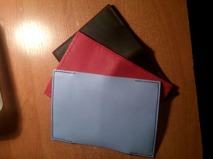 Обложки на паспорт  Черная -КРС 2мм. Красная Краст 1.8мм. Голубая телячья кожа с полеуритановым покрытием и тиснением пчелинной соты. 1.8 мм.  Нити вощеные 1мм. плоские.