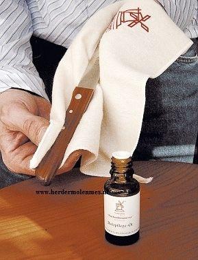 Verwen je mooie molenmesjes van Robert Herder met houtolie. Druppel een beetje olie op een katoenen doek en wrijf het heft van uw mes er goed mee in.