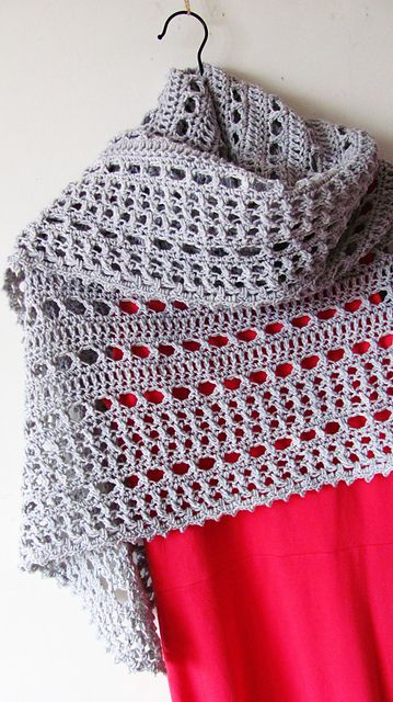 Northern Sea is a triangular shape shawl crocheted from the top down. It starts from the eyelet rows and ends with a textured knitted-look border made of crossed stitches.