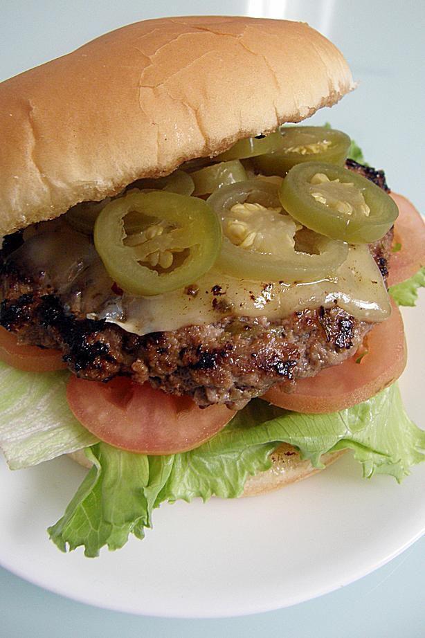 10 recetas de hamburguesas para que prepares en tu próxima parrillada del fin de semana, ya sea con carne de res, pollo, cerdo o vegetarianas.