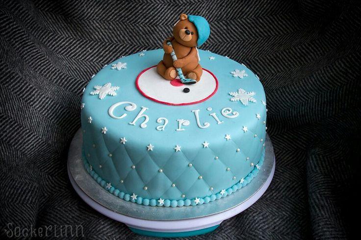 Doptårta christening cake baptism tårta kille boy blå blue hockey ishockey hockeycake teddy bear nalle dop ⭐sockerlinn.se⭐