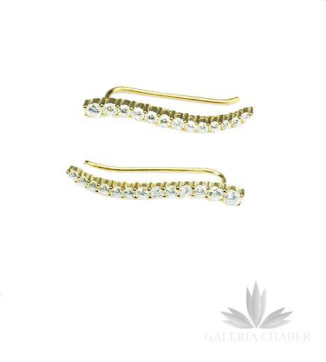 Kolczyki wykonane ze srebra próby 925, w kolorze złotym, rodowane, wysadzane cyrkoniami o szlifie brylantowym. Całkowita długość wzoru to około 2,7 cm. Kolczyki z tego rodzaju zapięciem umożliwiają noszenie na dwa sposoby: w formie nausznicy wzdłuż ucha oraz klasycznie w formie wiszącej.
