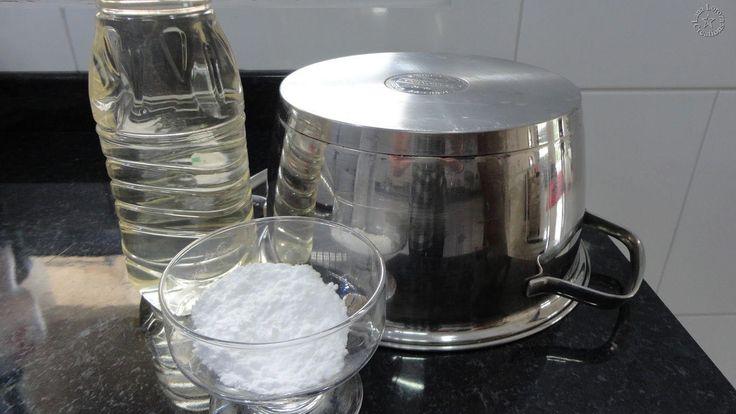 Panela de Inox sem brilho e manchada? Dica fantástica: 1 colher de sopa de bicarbonato + 1 colher de vinagre. É tiro e queda!  Se a queimadura for na lateral (acontece, acredite), não precisa encher a panela, basta deixá-la deitada de lado de um jeito que o líquido fique em contato com a mancha (se precisar, coloque a panela dentro de uma bacia ou de um saco plástico para manter o líquido no lugar que você quer). O essencial aqui é deixar de molho.