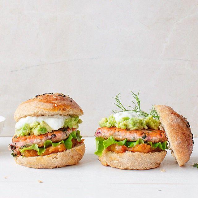 Burgery w stylu fit - z łososia i botwinki, z chutney z ananasa, guacamole, sałatą i jogurtem greckim. Oczywiście z domową bułeczką pełnoziarnistą  #burger #przepisyfit #fit #kwestiasmaku