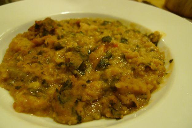 Un piatto caldo adatto per chi vuole tornare in forma dopo le grandi e sostanziose mangiate natalizie. Semplice da preparare e gustoso da mangiare, questa zuppa contadina soddisferà ogni tipo di palato.
