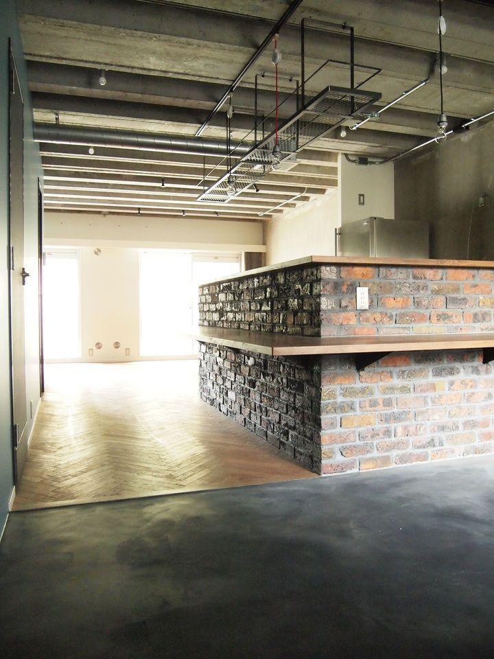 MTH、マンションリノベーション事例。削ぎ落とす。T様は当初、ご予算の都合上水廻りについてはあきらめ、内装のリフォームのみを検討されておりました。 しかし建物の諸条件に恵まれ、通常よりもコスト抑えながらもフルリノベーションを成功させました。  今回の大きな特徴としてはリブの付いた天井スラブをそのまま利用している。それに合わせるように一部の壁はクロスをはがしたままの躯体現しとした。 単身男性の部屋らしく、建築物の素の姿をありのままに利用することで魅力ある部屋作りとコストダウンの両面を実現させることができた。  その後、余ったフローリング材で施主自らダイニングテーブルを製作した。施主自らも参加する、こういった点もリノベーションの醍醐味ではないだろうか。