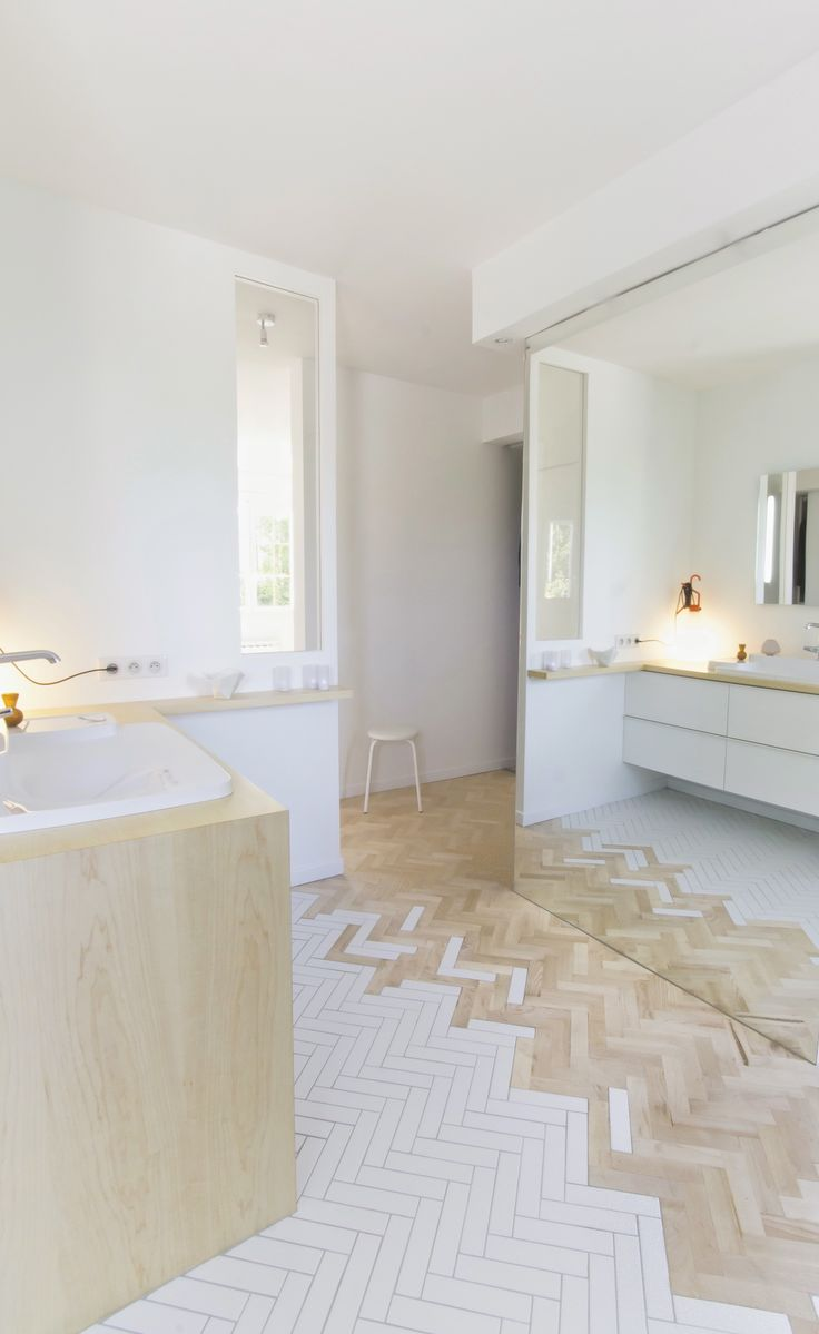 Tendance que l'on aime : le mélange parquet / carrelage Kalb Lempereur : Interiors. Floor. Tiles. Wood. White. Brown. Pattern. Design. Decor. Home. Bathroom