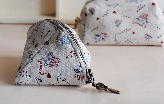 The dumpling purse is a cute, plump and generously sized purse that will easily hold your coins and folded notes. It's a fun style too and quite easy to make if you're an experienced sewer. All you'll need is fabric, lining, some thread...