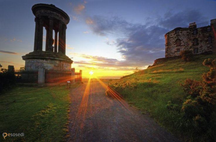 Калтон Хилл – #Великобритания #Шотландия #Эдинбург (#GB_SCT) Calton Hill - приятное местечко с налетом античности, откуда открывается великолепный вид на исторический центр Эдинбурга.  ↳ http://ru.esosedi.org/GB/SCT/1000176093/kalton_hill/