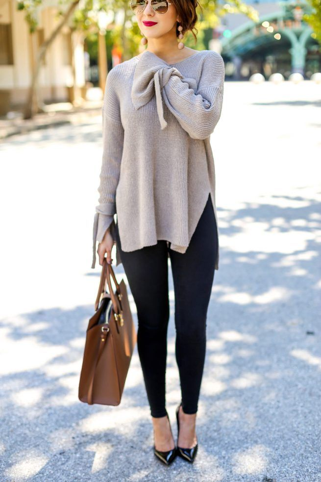 Perfect Falll Tunic Sweater for Your Wardrobe. Perfect Fall Tunic Sweater. Fall Sweaters. Fall Fashion. Sweater season. Sweaters for Fall. Fall Fashion Inspiration. Black Jean Leggings. Street Style. #fallfashion #fallsweaters #tunics