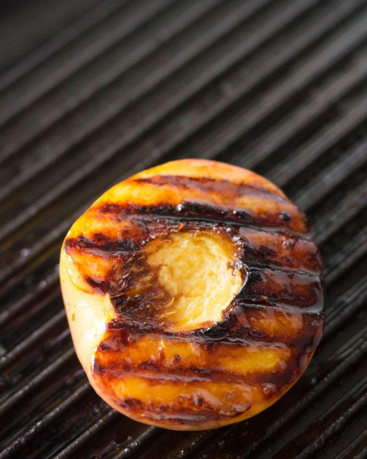 grillatut nektariinit kinuskikastikkeella, mascarpone-jogurttivaahto, grillatut hedelmät, grilli, grillatut persikat, kinuski, kesäinen jälkiruoka, jälkiruoka grillijuhliin,
