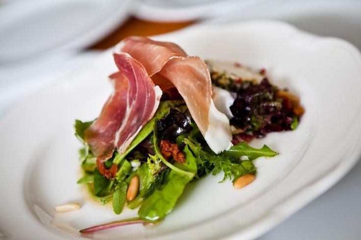 Knackiger Blattsalat mit Rohschinken, Frischkäse & Pinienkernen