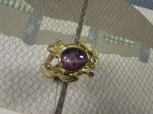 * gemstones and pearls | oogst-sieraden * Ring * Geelgouden twijgjesring met blaadjes, eigen stersaffier en roze diamanten * Maatwerk *