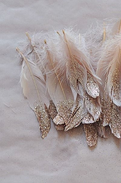 Feathers dipped in gold glitter. Use them for to add a heavenly look to your party. #PANDORAloves