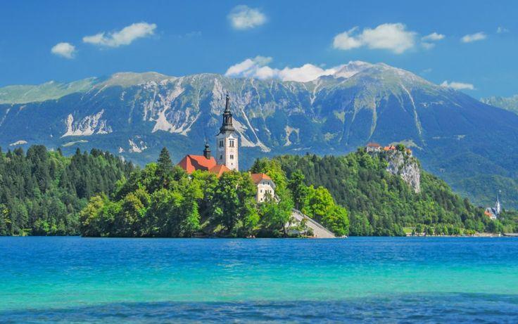 Slovenya'nın buz devrine ait gölü ile tanınan Bled, çok sayıda turiste ev sahipliği yapıyor. Ilıman iklimi ve Orta Avrupa'daki birçok ülkeye olan yakınlığı nedeniyle dört mevsim ilgi gören kent geniş yelpazede spor aktivitesi vaat ediyor. Golf, balıkçılık, at biniciliği, avcılık, dağ tırmanışı gibi doğa sporlarının tutkunlarının ziyaret ettiği Bled, eşsiz manzaraları ile dikkat çekiyor. #Maximiles #Slovenya