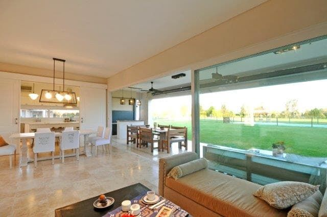 Mirá imágenes de diseños de Livings estilo clásico: living. Encontrá las mejores fotos para inspirarte y creá tu hogar perfecto.
