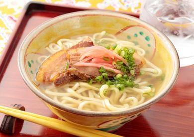 【沖縄:沖縄そば】 あっさりとやさしい味わいのスープで頂く沖縄そばは、〆にもぴったり。